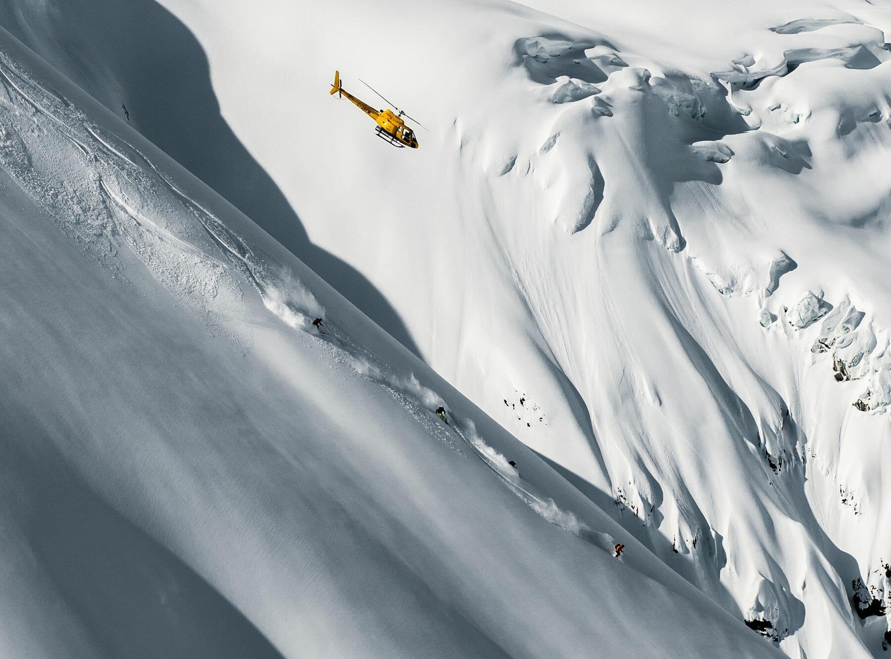 Terrain de ski dans un cadre alpin.
